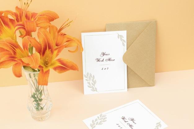 Scheda dell'invito di mockup su sfondo beige Psd Premium