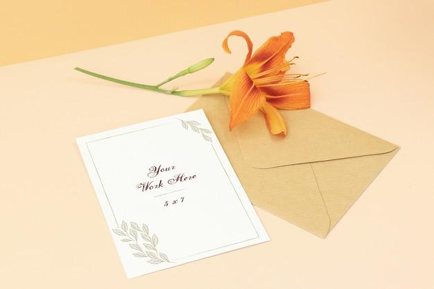 Scheda dell'invito mockup di nozze con bel fiore Psd Premium