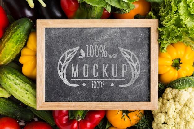 Schoolbord lokaal geteelde groenten mock-up Gratis Psd