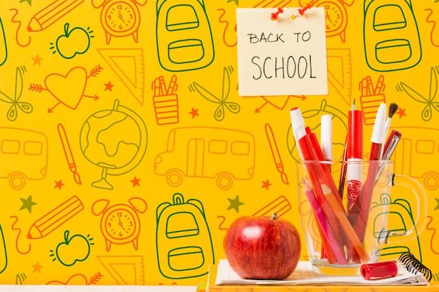 Schoolconcept met tekeningen en rode appel Gratis Psd