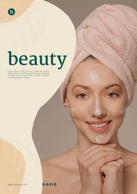 Schoonheid poster sjabloon met een vrouw Gratis Psd