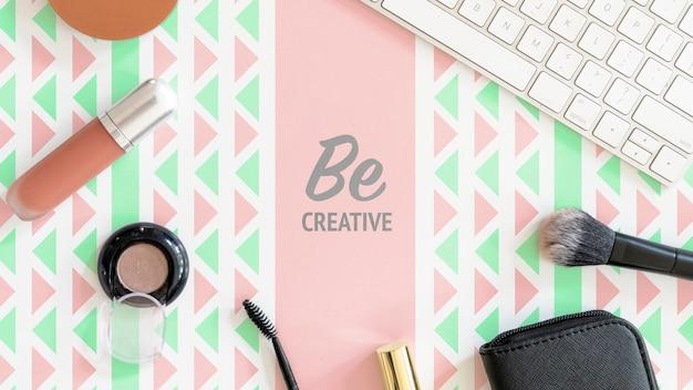 Scrivania con prodotti di bellezza femminile mock-up Psd Gratuite