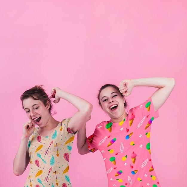 Shirtmodel met jonge meisjes Gratis Psd
