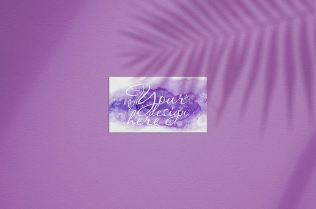 Sjabloon voor visitekaartjes op een roze achtergrond met de schaduw van palmtak Premium Psd