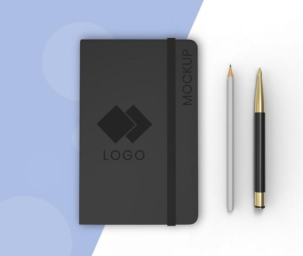 Sketchbook-model op blauw en wit Premium Psd