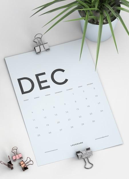 Sluit omhoog het model van de klembordkalender op bureau Gratis Psd