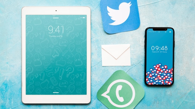 Smartphone e tablet mockup con il concetto di posta elettronica Psd Gratuite