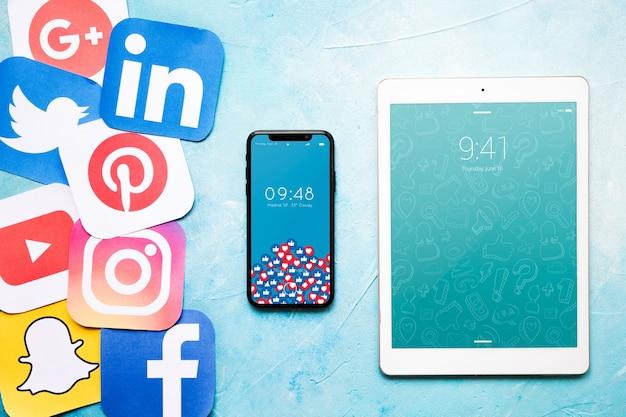 Smartphone en tabletmodel met sociaal media concept Gratis Psd