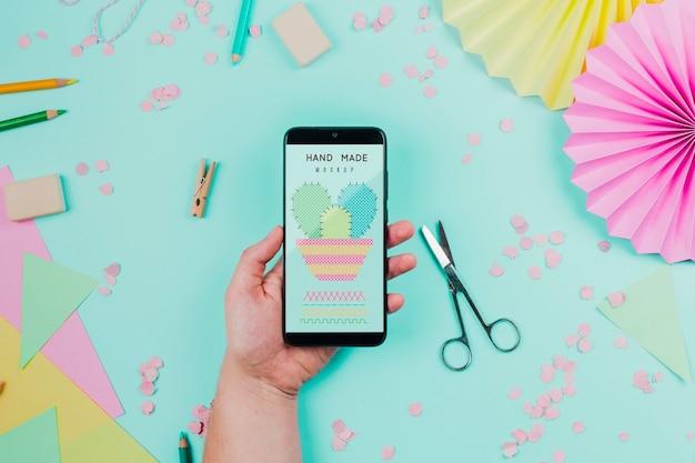 Smartphone de explotación de mano de primer plano PSD Premium