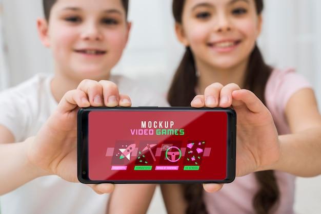 Smartphone met videogames Gratis Psd