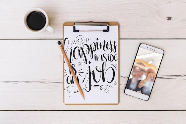 Smartphone-mockup met kantoorelementen Gratis Psd