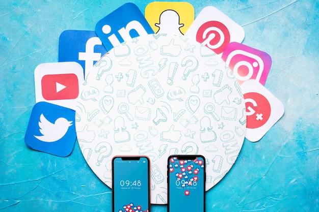 Smartphone-model met sociale media-concept Gratis Psd