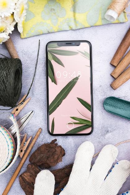 Smartphone-model met tuinieren concept Gratis Psd
