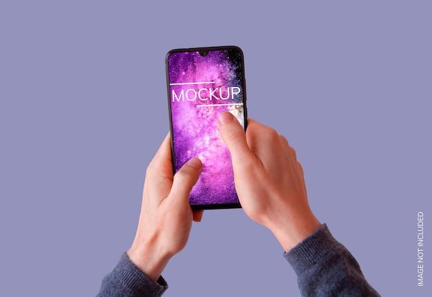 Smartphone twee handen op paarse achtergrond mockup Gratis Psd