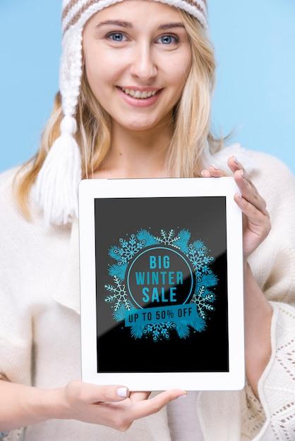 Smiley jonge vrouw met tablet Gratis Psd