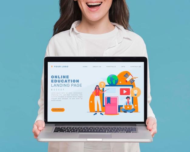 Smiley van de close-up vrouw met laptop Gratis Psd