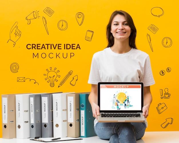 Smiley vrouw met laptop Gratis Psd
