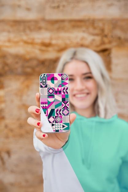 Smileymeisje met hoodie mobiel tonen Gratis Psd