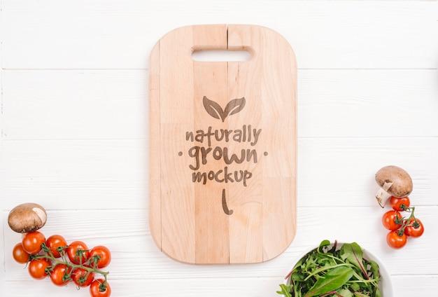 Snijplank en tomaten veganistisch voedsel mock-up Gratis Psd