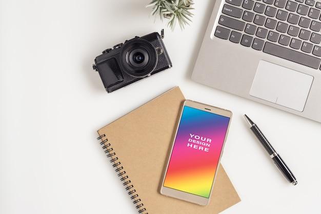 Spazio vuoto con smartphone per il concetto di pianificazione itinerante Psd Premium