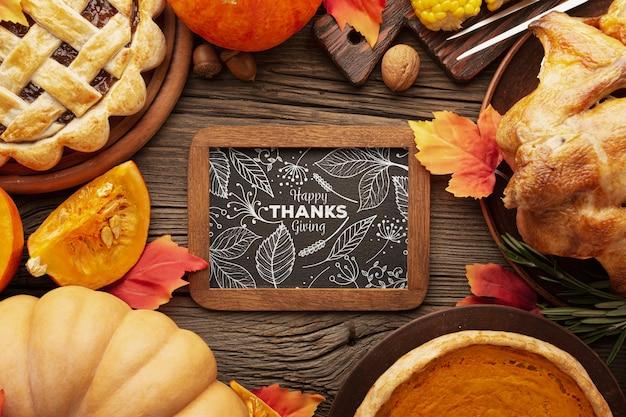 Specifiek kader met pompoenen en voedsel op thanksgiving Gratis Psd