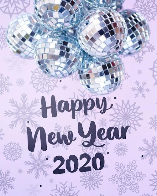 Stapel van zilveren kerstballen op besneeuwde nieuwjaar achtergrond Gratis Psd