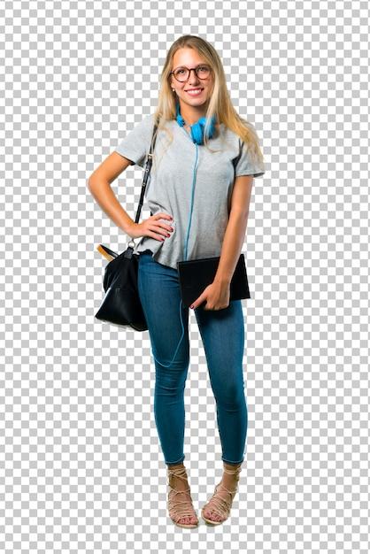 Studentenmeisje met glazen die met wapens bij heup en het glimlachen stellen Premium Psd