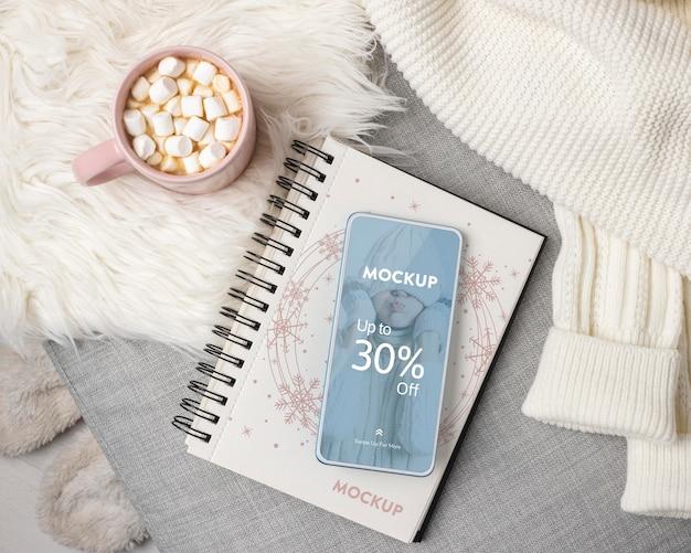 Surtido higge de invierno con maqueta de teléfono PSD Premium