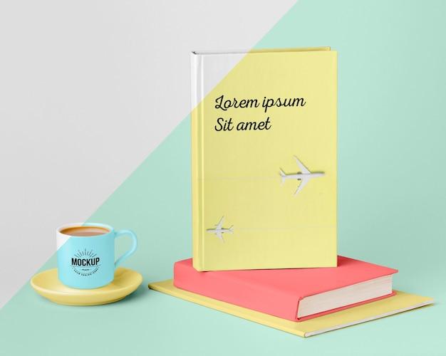 Surtido de maquetas de portadas de libros con taza de café PSD gratuito