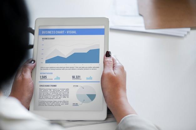 Tabla de análisis de negocios en tableta digital PSD gratuito