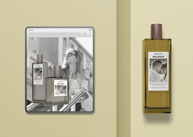 Tablet con sito web di profumi mock-up Psd Gratuite
