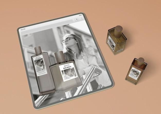 Tablet met parfumwebsite en parfumflesjes Gratis Psd