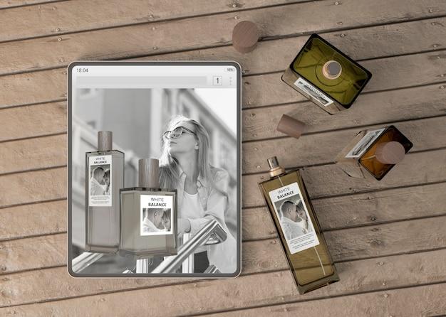 Tablet mock-up con sito web di profumi Psd Gratuite