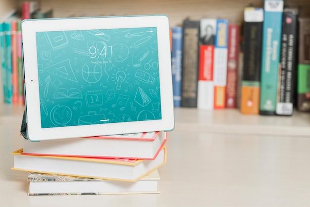 Tablet o ebook reader mockup con il concetto di letteratura Psd Gratuite