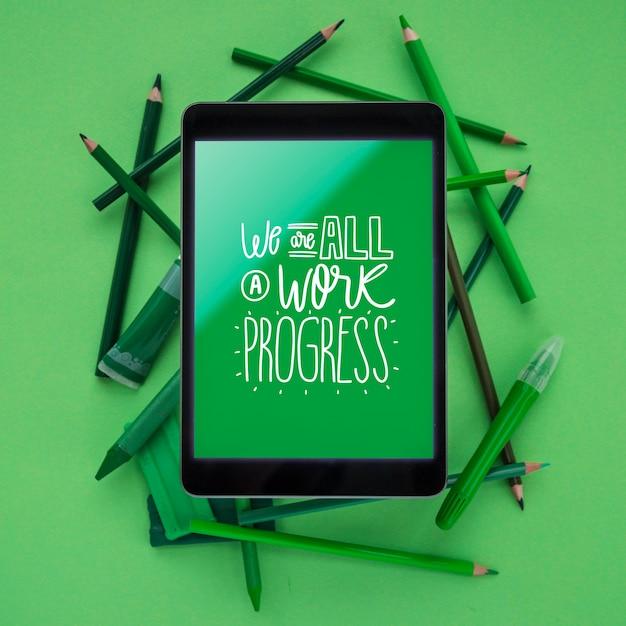 Tableta moderna maqueta para trabajo artístico PSD gratuito