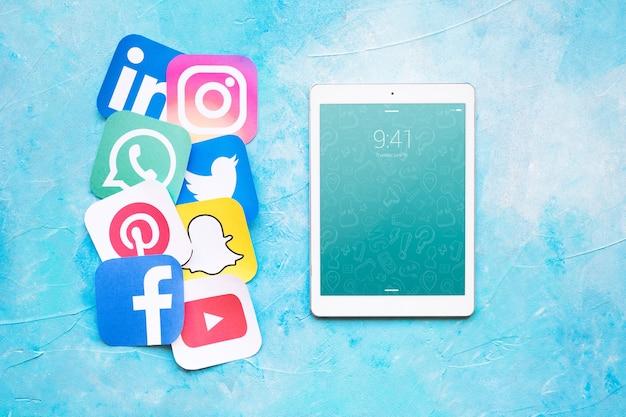 Tabletmodel met sociale media concept Gratis Psd