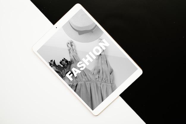 Tabletmodel op zwart-witte achtergrond Gratis Psd