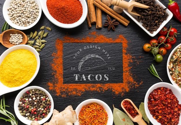 Taco's belettering en kaneel frame mock-up omgeven door specerijen en kruiden Gratis Psd