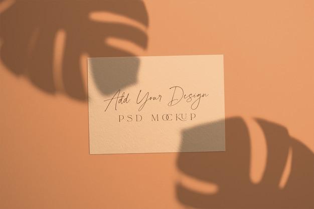 Tarjeta con hojas de monstera de sombras superpuestas PSD gratuito