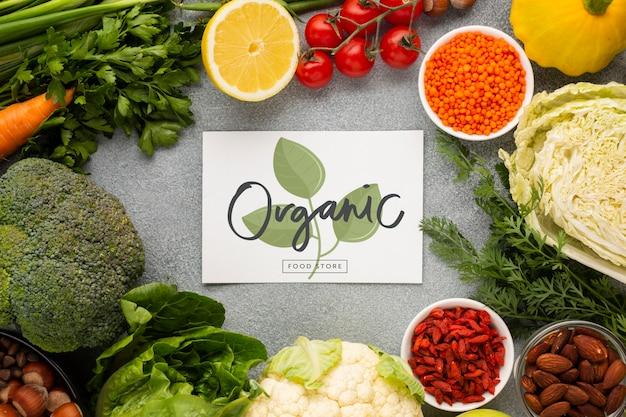 Tarjeta de maqueta orgánica rodeada de verduras PSD gratuito
