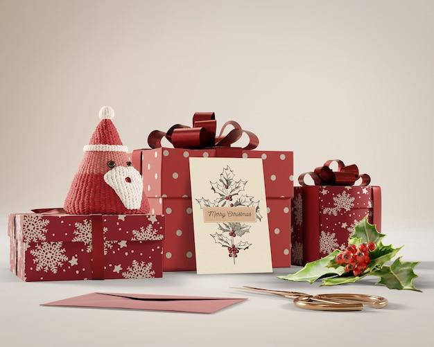 Tarjeta de navidad y regalos en la mesa PSD gratuito