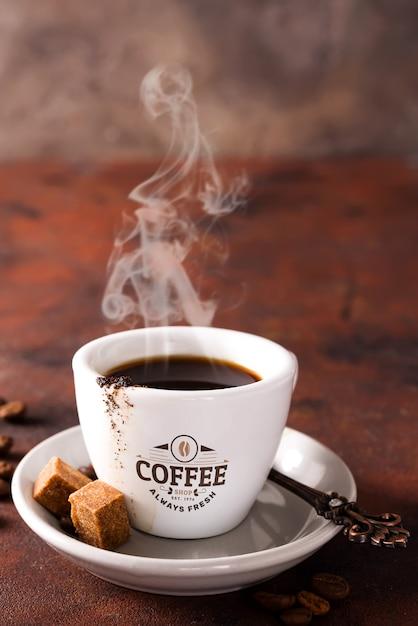 Taza de café y azúcar morena en piedra marrón PSD Premium