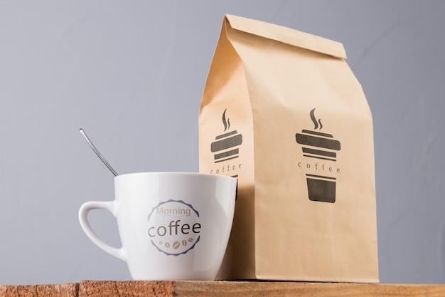 Taza de maqueta y bolsa de café PSD gratuito