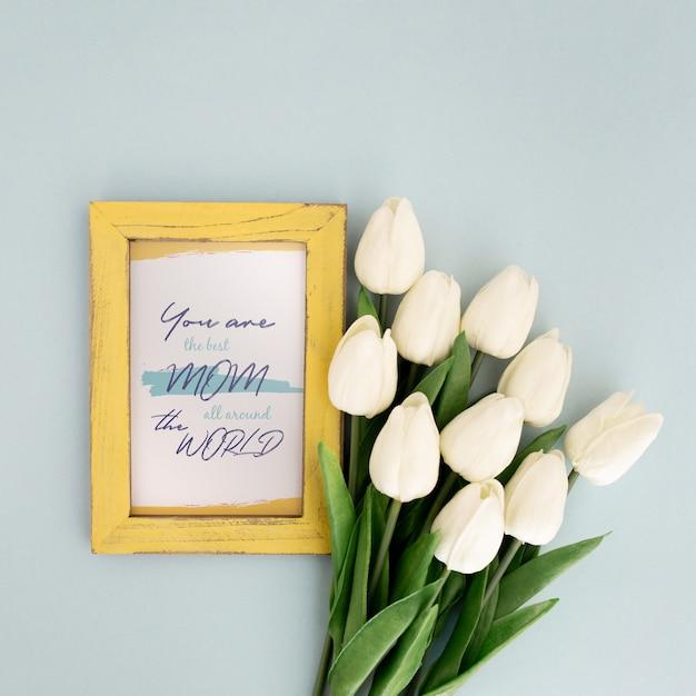 Telaio di mockup di giorno della madre con i tulipani Psd Gratuite