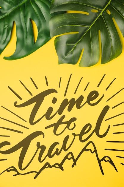 Tempo di viaggiare, lettering con foglie di palma tropicale Psd Gratuite