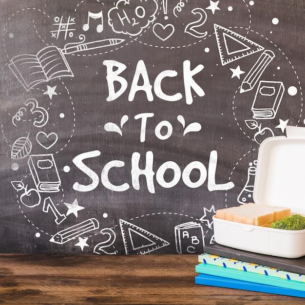 Terug naar school mockup met krijt op blackboard Gratis Psd