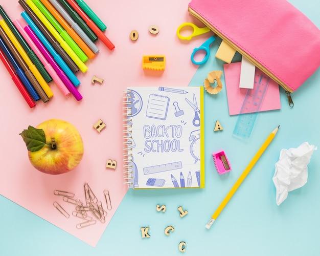 Terug naar school mockup met notitieboekje Gratis Psd