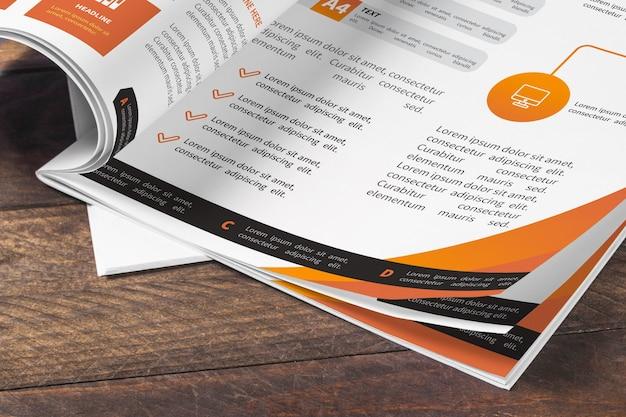 Tijdschrift mockup op houten tafel Gratis Psd