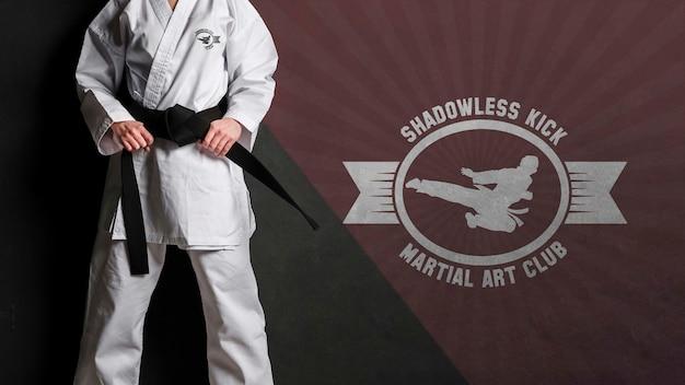 Tiro medio mujer sosteniendo su maqueta de cinturón de karate PSD gratuito
