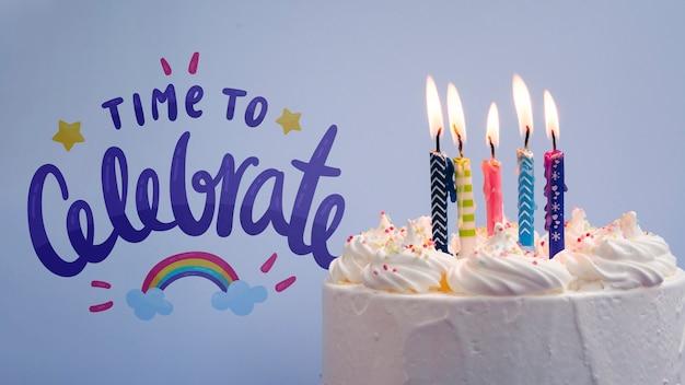 Torta con candele per festeggiare il giorno del compleanno Psd Gratuite